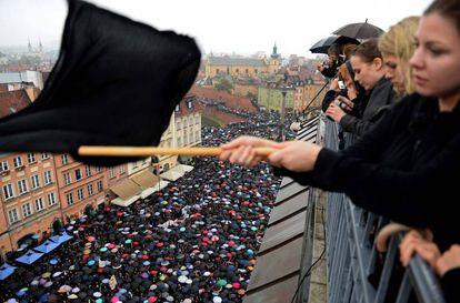 Protesta de mujeres vestidas de negro en Varsovia.