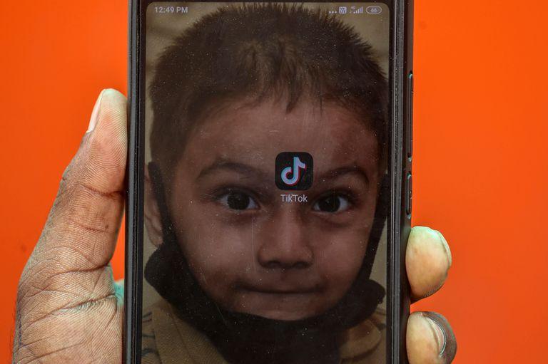 Un joven indio muestra la aplicación Tik Tok en su móvil este viernes en Bombay.