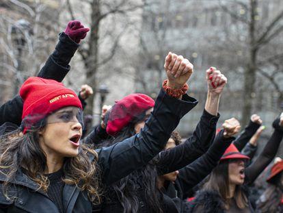 Mujeres se manifiestan en contra  de Harvey Weinstein en frente de un tribunal neoyorquino, en enero de 2020.