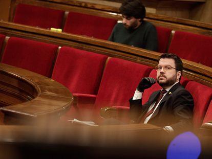 El vicepresidente de la Generalitat y consejero de Economía, Pere Aragonès, durante el pleno del Parlament de este viernes. EFE/Job Vermeulen