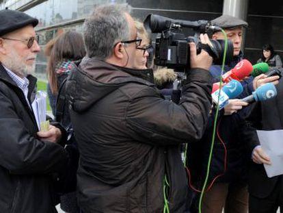 Fede García, a la izquierda, escucha este miércoles la intervención de De Andrés ante los periodistas a la salida del juzgado.