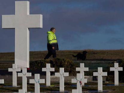 Un miembro del equipo de Cruz Roja en el cementerio de Darwin en las Islas Malvinas. Didier Revol CICR