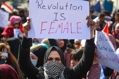 Activistas iraquíes se manifiestan en la marcha feminista en Bagdad en apoyo a las mujeres del país.