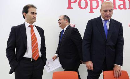 Ángel Ron (c), presidentes del Banco Popular, durante la presentación de los resultados.