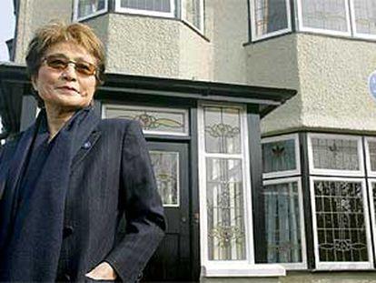 Yoko Ono, ante la casa de John Lennon en Liverpool, en 2019.