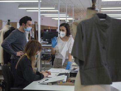 Adriana Domínguez junto a dos diseñadores, en la fábrica de Orense de Adolfo Domínguez el pasado martes.