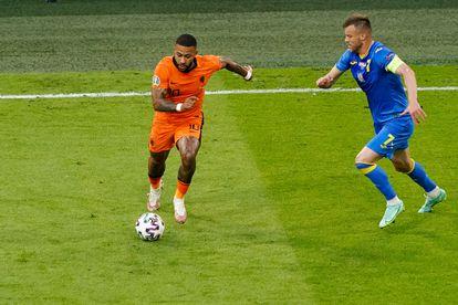Memphis, ante Yarmolenko, en el duelo entre Países Bajos y Ucrania en Ámsterdam.