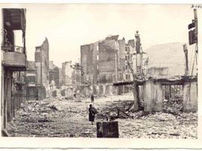 Una de las calles de Guernica después del bombardeo que tuvo lugar el 26 de abril de 1937.