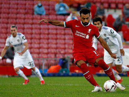Salah tira el penalti que le dio este sábado la victoria al Liverpool ante el Leeds en Anfield.