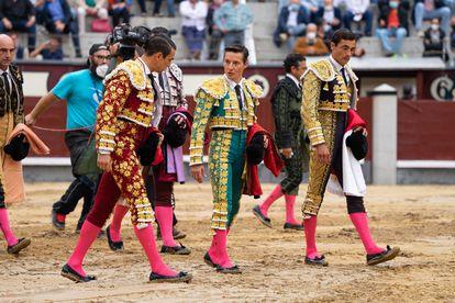 (De izqda. a dcha.) José María Manzanares, Diego Urdiales y Paco Ureña inspeccionan el ruedo de Las Ventas minutos antes del aplazamiento del festejo.