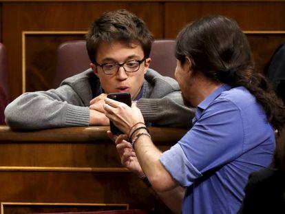 Íñigo Errejón y Pablo Iglesias, durante una sesión de control en el Congreso de los Diputados en 2017.