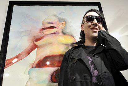 """El músico estadounidense Marilyn Manson se ha pasado a las artes plásticas. Eso sí, conservando su esencia macabra y la pasión por lo siniestro, siempre presente en su música. El cantante ha inaugurado en Viena la exposición <i>Genealogies of pain</i>, en la que se muestran unos 20 cuadros de su autoría y que estará abierta hasta el 25 de julio. """"No quiero que piensen que esto es un <i>hobby</i>. Pintar para mí es tan importante o más que otras formas de expresión artística"""", declaró Manson, quien también admitió que nunca ha asistido a una escuela de arte."""