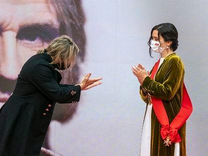 La presidenta madrileña, Isabel Díaz Ayuso, entrega al músico Nacho Cano una de las medallas de la Comunidad de Madrid el pasado mayo.