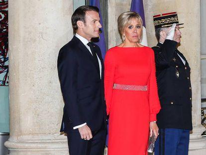 Emmanuel Macron y Brigitte durante un acto oficial a finales de marzo en París.