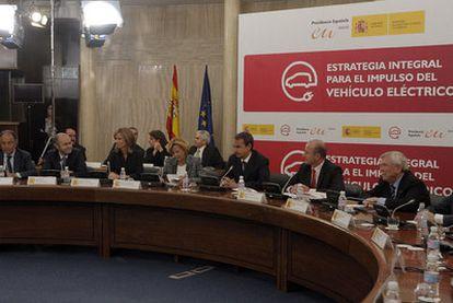 José Luis Rodríguez Zapatero, acompañado, entre otros, de la vicepresidenta económica, Elena Salgado, y de los ministros de Industria y Ciencia, Miguel Sebastián y Cristina Garmendia.