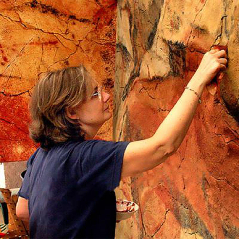 Matilde Múzquiz, trabajando en las réplicas de Altamira.