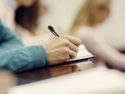 FOTO: Alumno realizando un examen. / VÍDEO: El ciudadano británico Michael Harris, residente en España, realiza el test de nacionalidad.