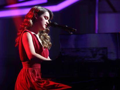 Amaia toca el piano durante una gala de 'Operación Triunfo'.