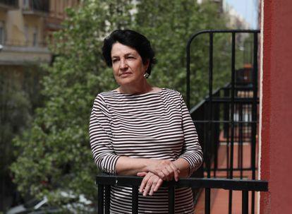 La viróloga Amelia Nieto, investigadora jubilada del Centro Nacional de Biotecnología, en un balcón de su casa en Madrid.