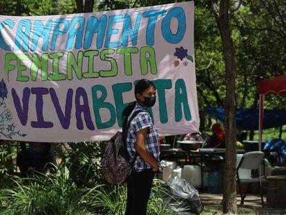 Una mujer en un campamento en el que diferentes organizaciones sociales e indígenas exigen justicia por la ambientalista Berta Cáceres, en Tegucigalpa.