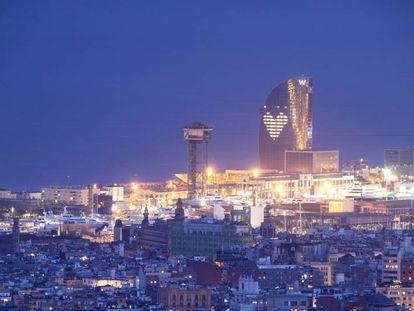 El Hotel W de Barcelona enciende las luces dibujando un corazón en su fachada todas las noches, en homenaje a todos los que trabajan en la lucha contra el coronavirus en hospitales y centros de salud.