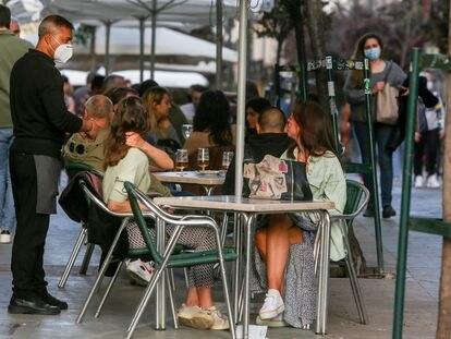 Varias personas, el miércoles pasado en la terraza de un bar de Madrid.
