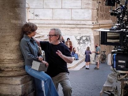Ridley Scott con la actriz Michelle Williams durante el rodaje de 'Todo el dinero del mundo'.