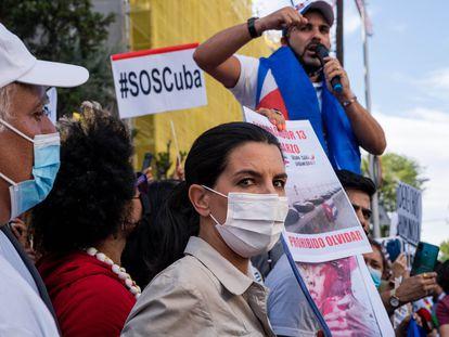 Manifestación ante la Embajada de Cuba en España. En primer término, la líder de Vox en Madrid, Rocío Monasterio.