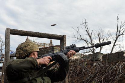 Un soldado del Ejército ucranio en la línea del frente, cerca de Donetsk, este domingo.