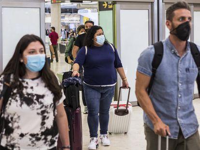 Viajeros a su llegada a la Terminal T4  del Aeropuerto Adolfo Suárez Madrid-Barajas, este lunes.
