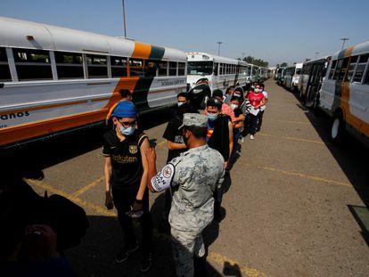 Trabajadores de maquilas son vacunados contra el coronavirus en la frontera entre México y EE UU.