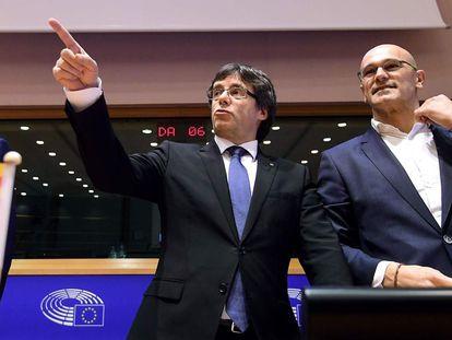 Oriol Junqueras, Carles Puigdemont y Raül Romeva, en el Parlamento Europeo en 2017.