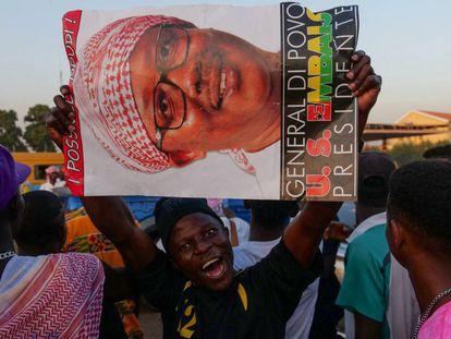 Seguidores del general Embaló muestran pancartas con su candidatura, durante un acto de campaña en Bissau, el pasado noviembre.
