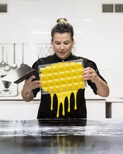 Fatima Gismero, pastelera, en Pioz, Guadalajara, España.