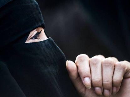 Una mujer con 'niqab' en una protesta este domingo en Viena contra la ley que multa este tipo de prenda.