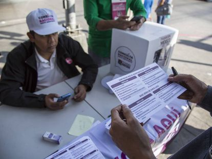 Una mesa de la consulta sobre el aeropuerto en Tijuana, Baja California.
