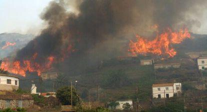Imagen del 27 de julio del incendio en el pueblo de Chipude, en La Gomera.