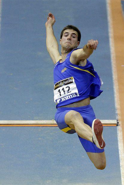Eusebio Cáceres efectúa uno de sus saltos.