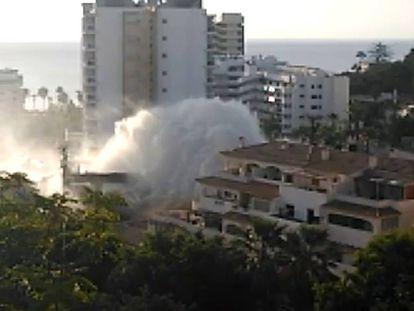 La rotura de una tubería causa un auténtico tsunami en Benalmádena