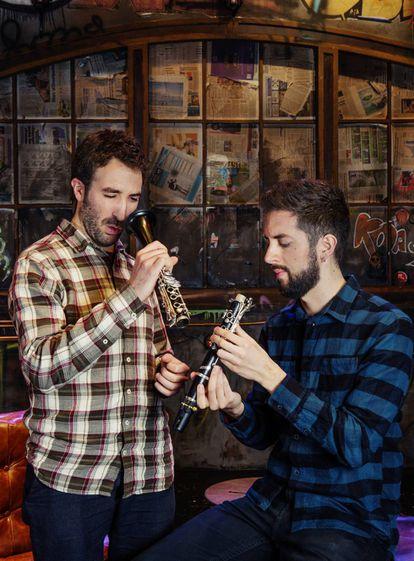 Arriba, de izquierda a derecha: Daniel Broncano, músico y director del festival Música en Segura, y su hermano el humorista David Broncano.