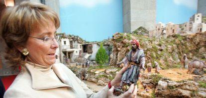 Esperanza Aguirre coge una figura del Belén que la Comunidad de Madrid instaló en 2005 en la Casa de Correos