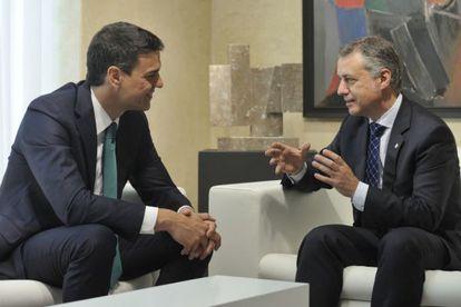 El lehendakari, Iñigo Urkullu, conversa con Pedro Sánchez, líder del PSOE, durante la reunión que han mantenido en Vitoria.
