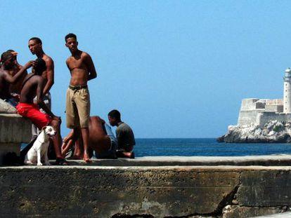 Un grupo de jóvenes en el Malecón de La Habana.