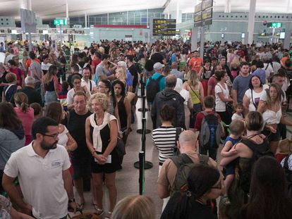 Colas en el control de seguridad de la Terminal 1 de El Prat. Vídeo: recomendaciones de FACUA.