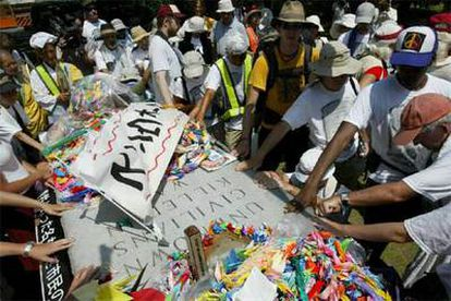 Familiares de las víctimas del 11-S se unieron el jueves 4 de agosto a un grupo de sacerdotes cristianos y budistas que participaban en una marcha por la paz de Nagasaki a Hiroshima.
