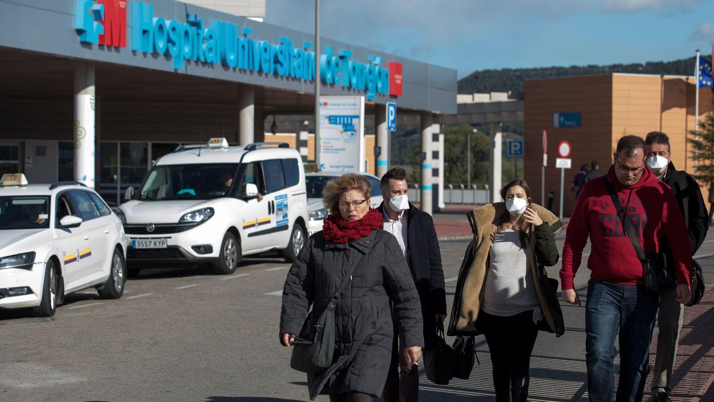 Ciudadanos saliendo del Hospital de Torrejón, en Madrid, el pasado 3 de marzo.