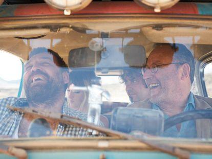 Hovik Keuchkerian y Jean Reno, delante, y en el asiento de atrás, Susana Abaitua y Arturo Valls, en un fotograma de '4 latas'.