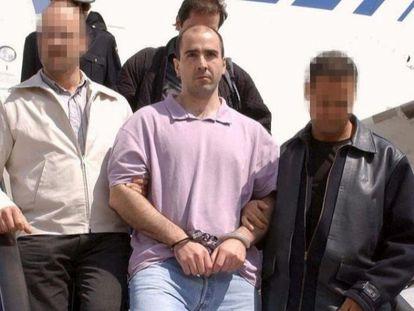 El preso de ETA Álvaro Arri Pascual, 'Munipa', cuando fue entregado a España por Francia en abril de 2003.  EUROPA PRESS 11/05/2020