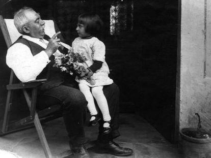 Mercè Rodoreda, en la falda de su abuelo Pere Gurguí, en el mitificado jardín