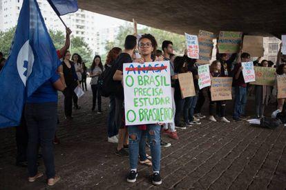 Serenna Perugia, estudiante de Meteorología en la Universidad de São Paulo, sostiene una pancarta en la que pone